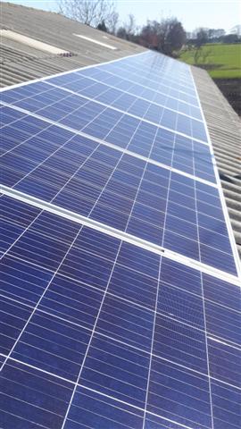 IBC zonnepanelen Hollandscheveld op golfplaten dak